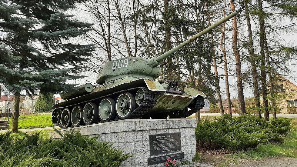 Stanislavice. Od roku 1975 součást Českého Těšína. Válečný památník v centru Stanislavic, Tank T-34.