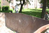 Prázdné kontejnery nebylo v pátek na Šumbarku čím naplnit lidé se do úklidu nehrnuli.