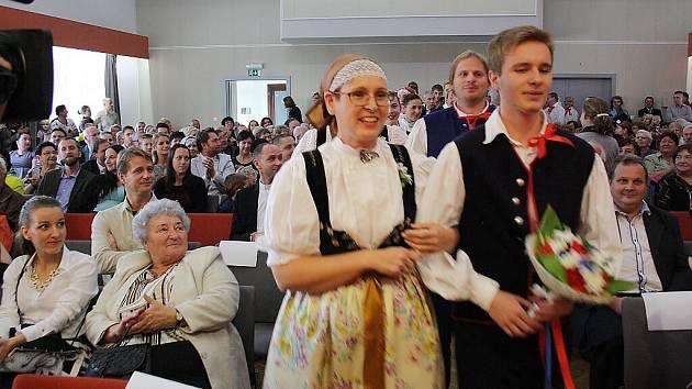 V sobotu se v Domě PZKO ve Stonavě konal jubilejní koncert folklorního soubor Děcka ze Stonavy. Program organizátoři připravili jako slezskou svatbu a do představení tak zapojilo celkem 60 lidí.
