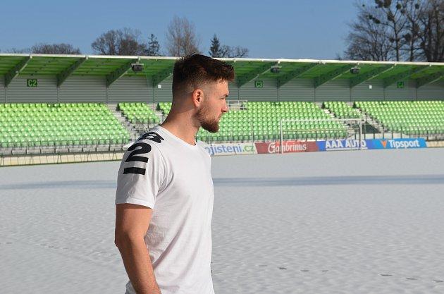 Tomáš Wágner si prohlíží své nové jarní působiště. Stadion se mu líbí.