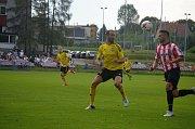 Karvinští fotbalisté (ve žlutém) mají za sebou první přípravu v Polsku.