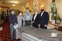 Zástupci společnosti Vinamet, která pořídila a darovala neurologickému oddělené havířovské nemocnice novou polohovací postel při předání darů se zástupci nemocnice.