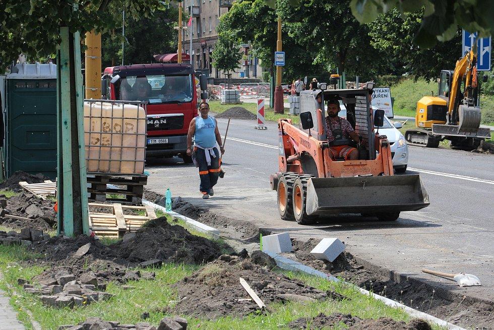 Centrum Havířova je momentálně plné stavebních strojů a dělníků. Opravuje se několik páteřních komunikaci najednou a k tomu ještě nefungují některé semafory na křižovatkách. Práce na Dělnické ulici.