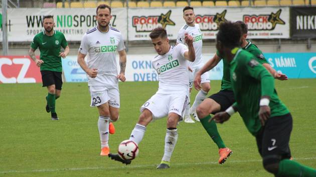 Karviná hraje doma důležitý zápas. Bude už na něj připraven Ondřej Lingr (u míče), který se zotavil z otřesu mozku?