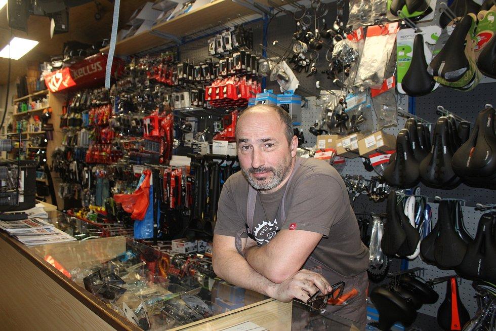 Petřvald. Tomáš Šeda, bývalý cyklistický závodník, dnes majitel obchodu s cyklopotřebami.