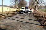 Řidiče museli z auta, které narazilo do stromu, vytahovat hasiči.