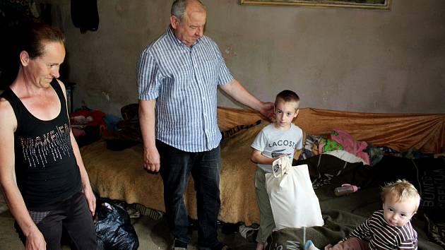 ADRA pomáhá dětem a rodinám v Mukačevu a okolí. Předání pomoci některým sociálně potřebným rodinám.