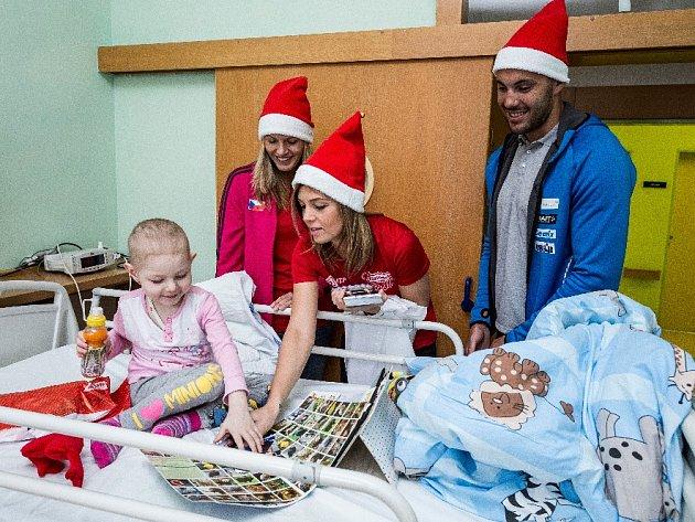 Martina Jakubšová, Diana Žolnerčíková a Josef Dostál navštívili nemocné děti ve Fakultní nemocnici Ostrava.