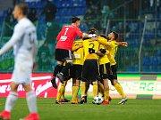 Karvinský gólman Martin Krnáč se natahuje po střele z kopačky Arkadiusze Piecha. Poláci proměnili penaltu a nakonec vyhráli 2:1.