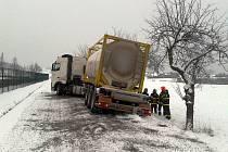 V neděli 13. ledna blokuje ve Frýdecké ulici silnici havarovaný kamion.
