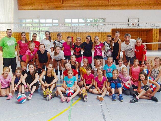 Karvinská děvčata z volejbalového klubu napříč věkovými kategoriemi vstoupila do sezony.