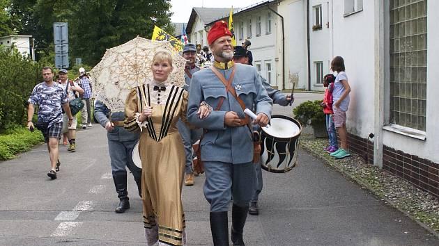 Průvod oslav někdejšího 150. výročí lázní prochází kolem jednoho z lázeňských objektů v Darkově. Archivní foto.