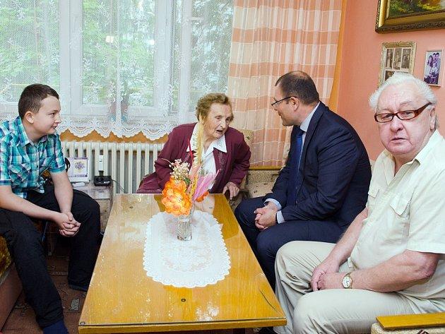 Marie Malá při oslavě svých narozenin. Blahopřát jí přišel i primátor Tomáš Hanzel. Vpravo její syn Antonín, vlevo pravnuk.