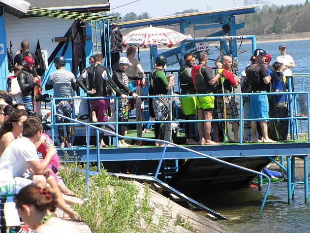 Vodní lyžaři zahájili sezonu. Za téměř tropického počasí se jezdilo na lyžích i wakeboardech.