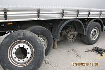 Návěs kamionu bez funkčních brzd.