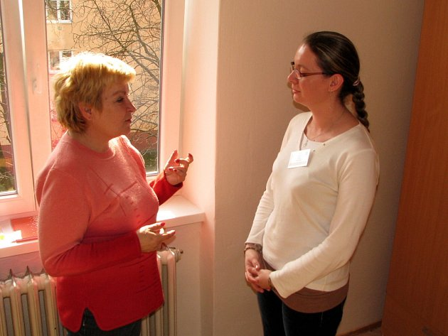 Paní Karla (vlevo) využila projekt Armády spásy a věří, že jí pomůže v návratu do normálního života. Na snímku je s koordinátorkou Lucií Pálkovou.