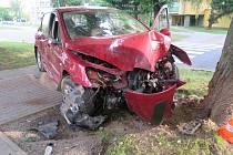 Havarovaný automobil po nárazu do stromu.
