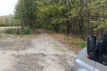 Podle lesáků motoristé nesmí jezdit po silnicích, o kterých oni prohlásí, že jsou lesními cestami. Úředníci však jejich názor vyvracejí a dávají zapravdu řidičům.