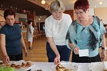 Petrovické koláče chutnaly všem účastnicím i hostům akce.