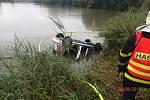 Vyprošťování auta z rybníka v Rychvaldě.