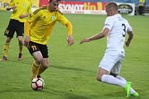 Karvinští fotbalisté (ve žlutém) uhráli v Uherském Hradišti bod.