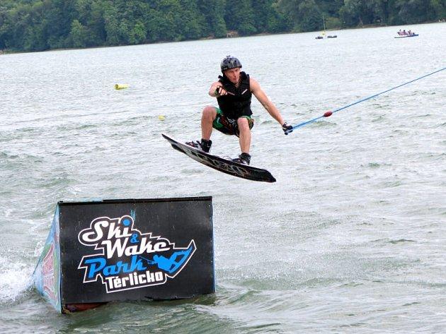 Ve středisku vodního lyžování a wakeboardingu na Těrlické přehradě bylo v sobotu velmi rušno. Vyznavači adrenalinových vodních sportů využili teplé sluneční počasí.