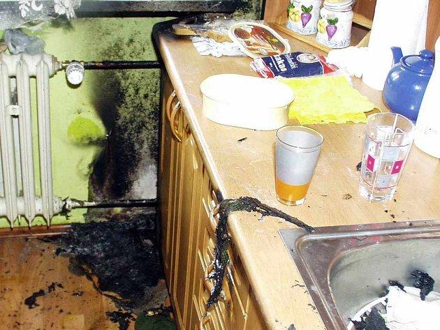 Pohled na kuchyň v bytě uhořelé ženy.