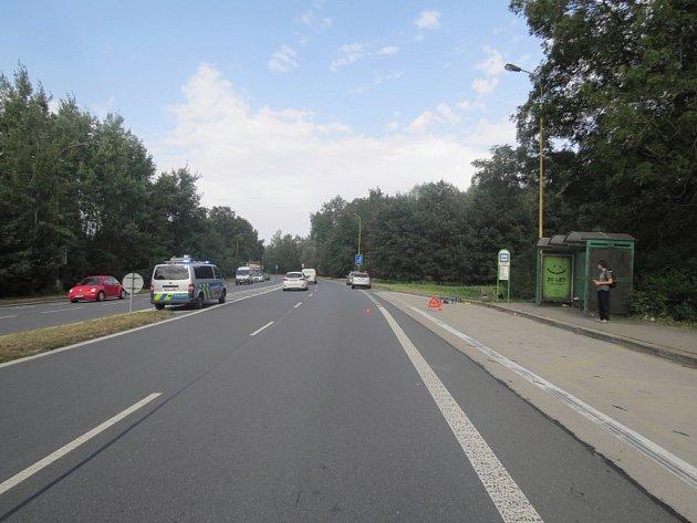 Místo dopravní nehody osobního auta scyklistou.