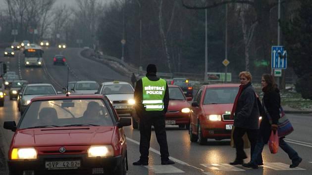 Každý den ráno budou karvinští strážníci dohlížet na bezpečnost chodců na přechodu u hasičské zbrojnice.