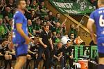 Trenér Marek Michalisko před lavičkou svého týmu. Vyzdvihl atmosféru utkání.