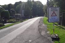 Tabule upozorňující na opravu dalšího úseku Miczkiewiczovy ulice v Karviné. Uzavírka potrvá měsíc.
