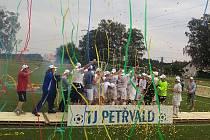 Takhle se fotbalisté Petřvaldu radovali z postupu do I.B třídy. Jak se jim v ní bude dařit?
