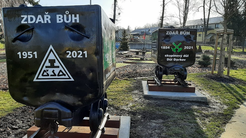 V parku v centru Stonavy přibyly dva symbolické vozíky s uhlím, které se vytěžilo v dolech Darkov a ČSA, které byly letos uzavřeny.