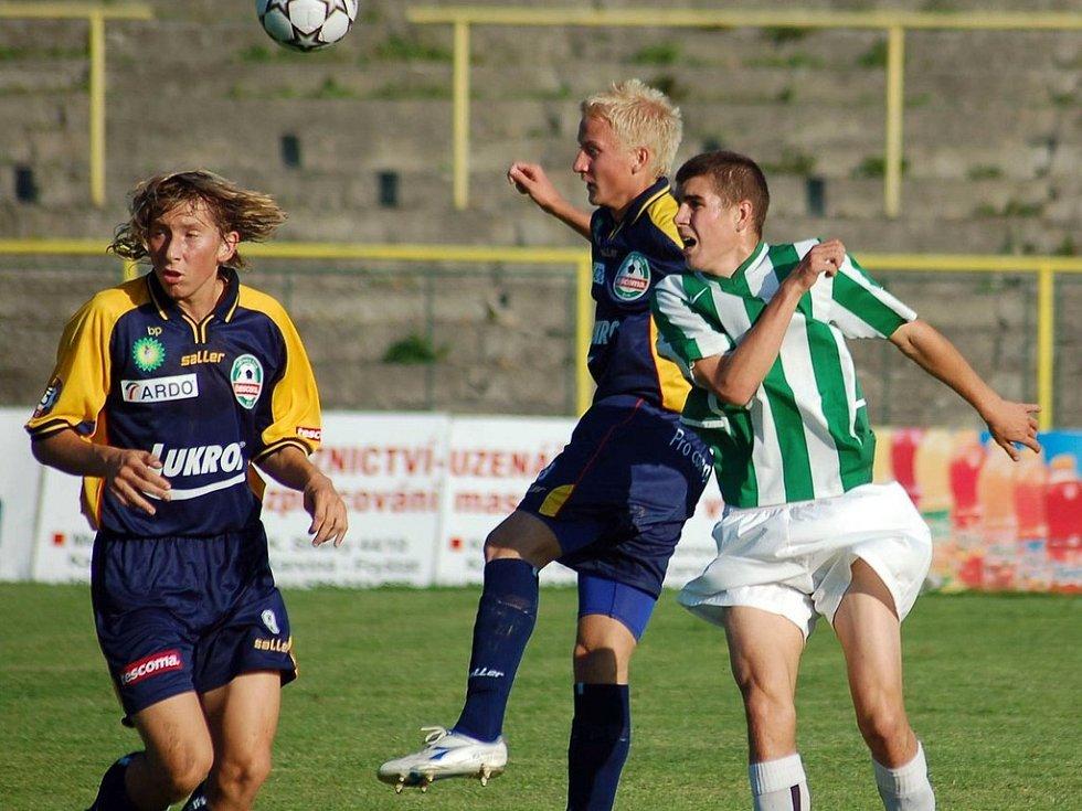 Takto loni bojovali fotbalisté Karviné s béčkem Zlína. Jan Urban (vpravo) do dnešního utkání nejspíše nezasáhne, neboť se pořád potýká se zraněním. Už se ale uzdravil Jindřich Dohnal.