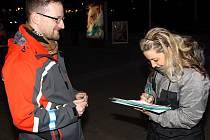 Michal Podloučka sbíral podpisy pod petici za kvalitnější autobusovou dopravu.