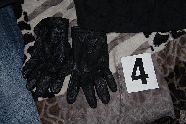Rukavice, které pachatel používal.