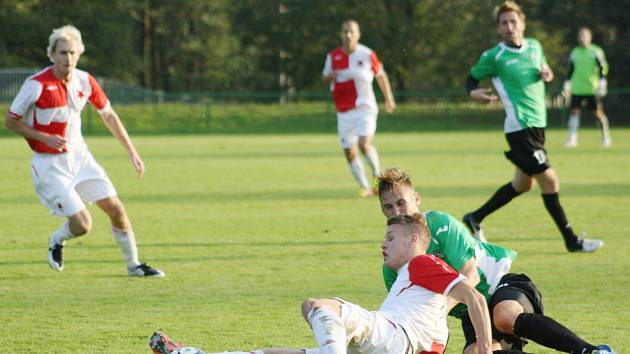 Martin Václavek (na zemi s míčem) prokazuje svou platnost pro orlovský tým.