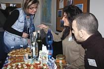 Výpravy z několika zemí představily v rámci projektu Comenius na Obchodní akademii v Karviné i svá národní jídla a nápoje. Na snímku výprava z řeckého města Trikala.