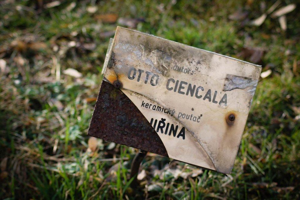 Hádanka č. 14: Keramický poutač autora Otto Ciencaly v lázeňském parku s názvem Jiřina.