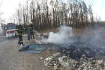 Úmyslně založené požáry na černých skládkách v okrajové havířovské části museli ve středu hasit hasiči.