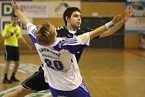 Mládežníci HCB pokračují v rozehrané sezoně. Na snímku předvádí Adam Csöllei (v černém) taneček se soupeřem.