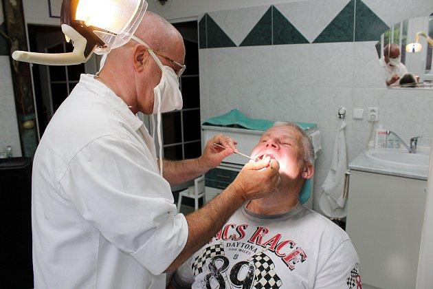Jiří Kajínek se vHavířově setkal se svým známým, zubařem Jindřiškem Dolanským, který ho dříve ošetřoval vkarvinské věznici.