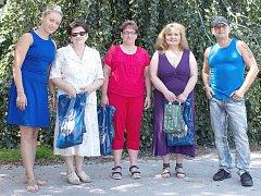 Společná fotka s tvářemi Rocktherapy. Zleva ředitelka DKMO Izabela Kapisasová, Anna Kožinová, Dagmar Molnárová, Elena Klieštiková a hudebník Ivan Jekielek.