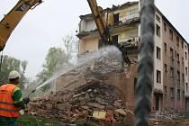 Demolice obytného domu na problémovém sídlišti v Karviné.