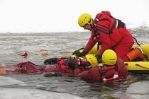 Výcvik hasičů v záchraně tonoucího člověka po proboření ledu.