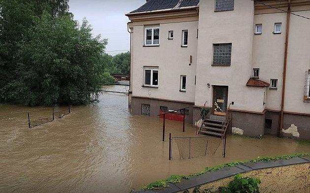Voda zatopila zahrady také vKarvinské ulici.foto Petr Rudzki