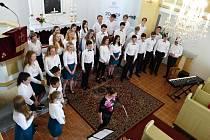 Jubilejní koncert smíšeného pěveckého sboru Gymnázia Komenského v Havířově v evangelickém kostele v Prostřední Suché.