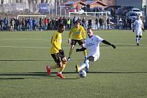 Karvinští fotbalisté (ve žlutém Ba Loua) hráli s Niepolomicemi 0:0.