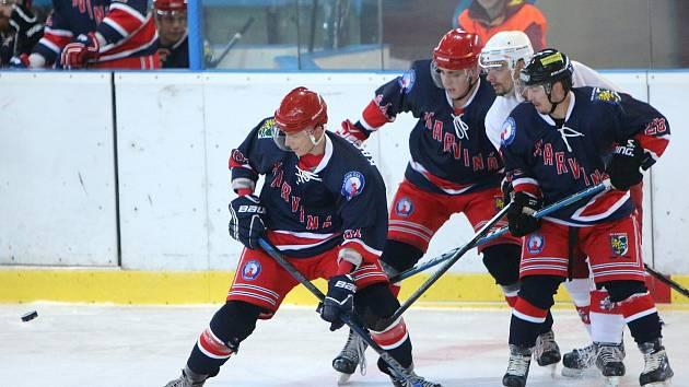 Úvodní duel nové druholigové sezony karvinští hokejisté (v modrém) tradičně nezvládli a podlehli doma Opavě.