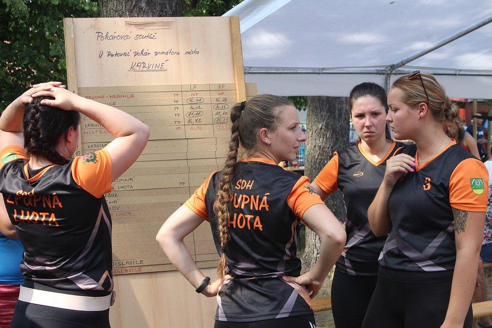 V Karviné-Hranicích se utkalo 27 týmů O pohár primátora v požárním útoku. Domácím se nedařilo.